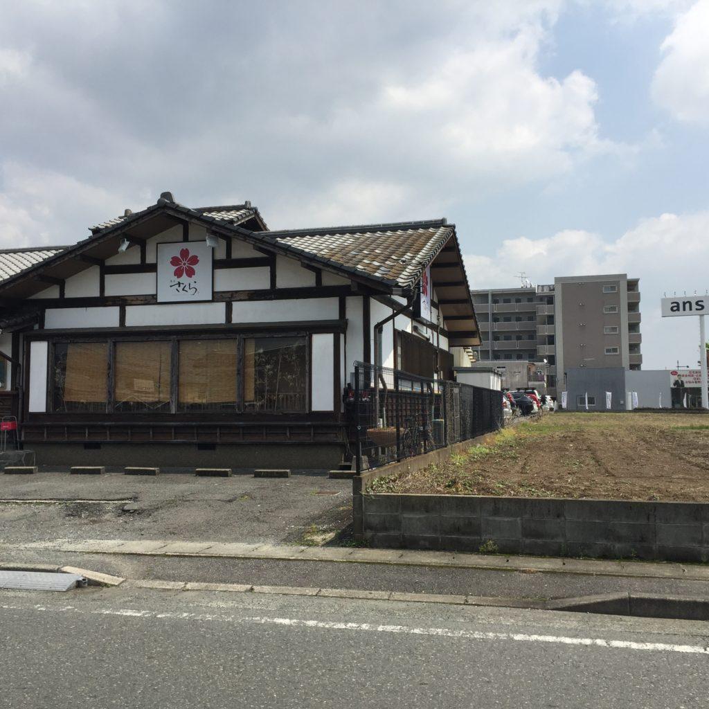 右手に飲食店「熊本さくら」さんがあります。