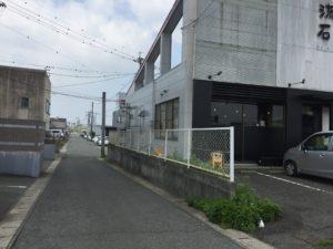 美容室と飲食店の間の道を直進します。